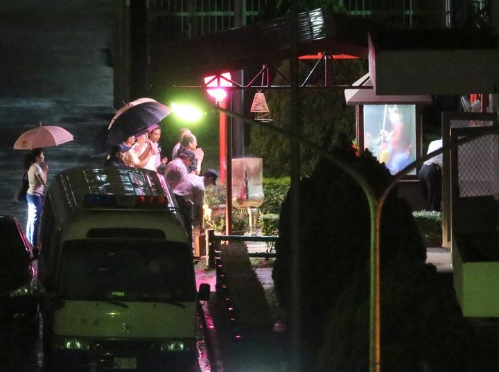 鄭捷今晚執行槍決,槍決結束後,執法人員在地藏王菩薩前燒香。記者高彬原/攝影