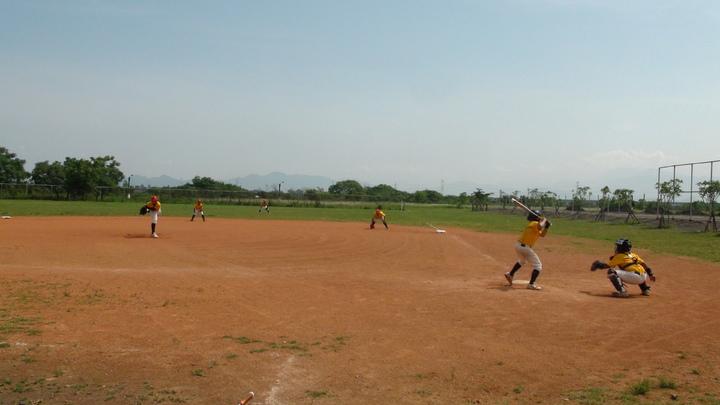 學生目前在里港過將河堤公園壘球場練習,將認養鄉公所正在興建的少棒簡易球場。記者蕭雅娟/攝影