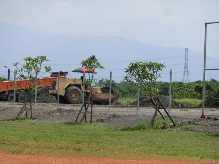 里港鄉公所正興建少棒簡易球場,提供鄉內唯一國小棒球隊練習場地。記者蕭雅娟/攝影