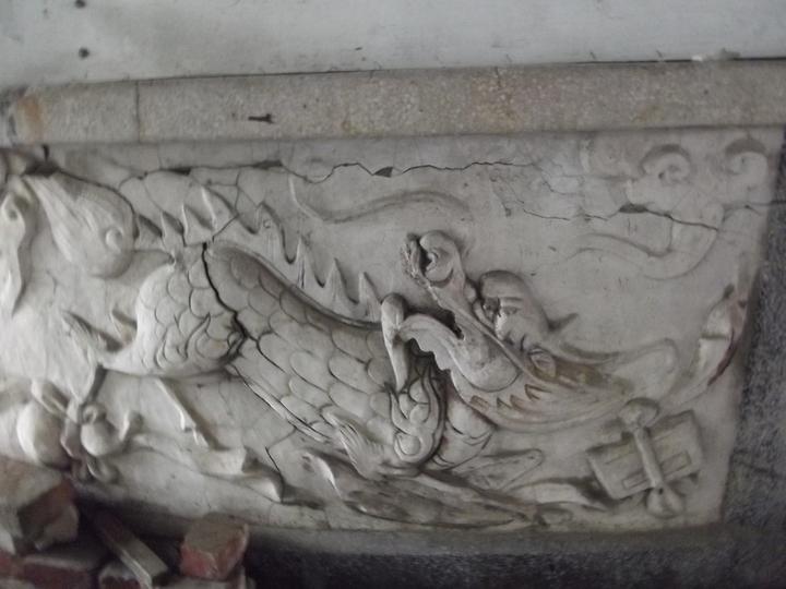 東亞戲院拆除後,保留早年的售票亭,下方有龍形吉祥浮雕。記者謝恩得/攝影