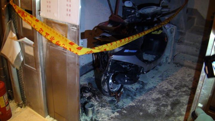 新北市新店區寶安街公寓一樓,今天凌晨發生火警,造成停放在樓梯間的機車遭大火波及。記者王長鼎/攝影