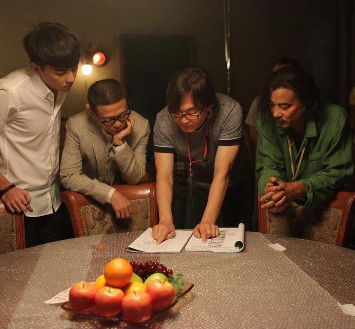 「樓下的房客」導演崔震東(右二)與任達華(右起)、李康生和森竣討論劇本。圖/台北電影節提供