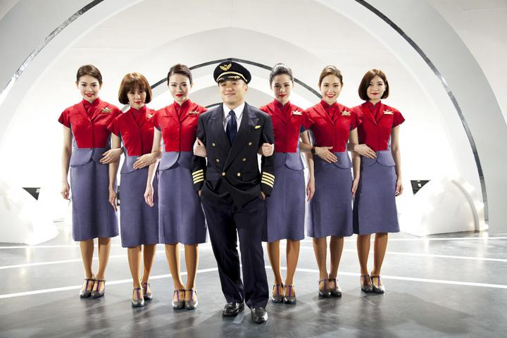 脫拉庫主唱張國璽(中),是現任華航738機師,特定為華航新機A350量身打造專屬新歌「為你飛翔」。圖/華航提供