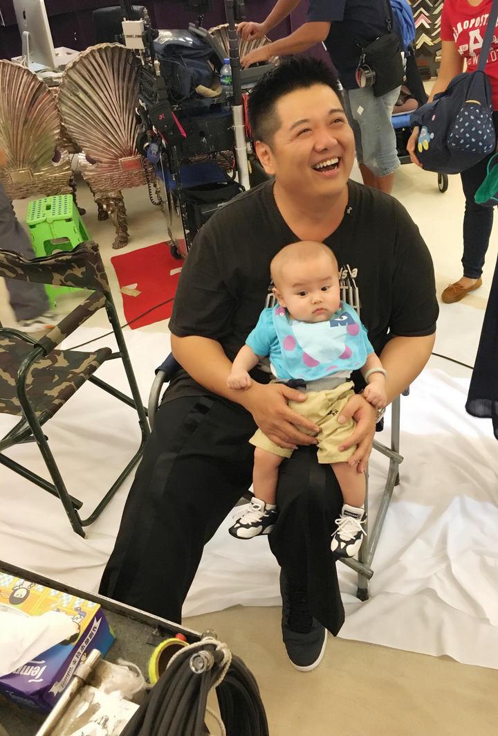 林子聰看到兒子探班笑得合不攏嘴。圖/艾迪昇提供