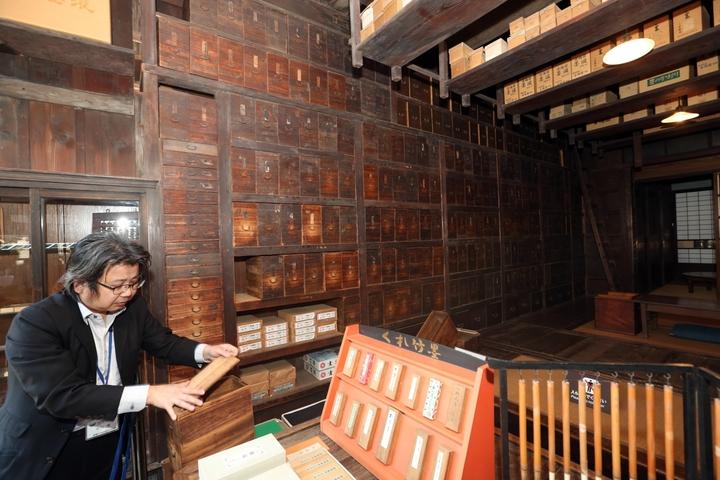 江戶東京建物園中有一棟文具店「武居三省堂」,其中這是「神隱少女」中鍋爐爺爺調製藥用溫泉的工作間場景雛形。記者陳瑞源/攝影