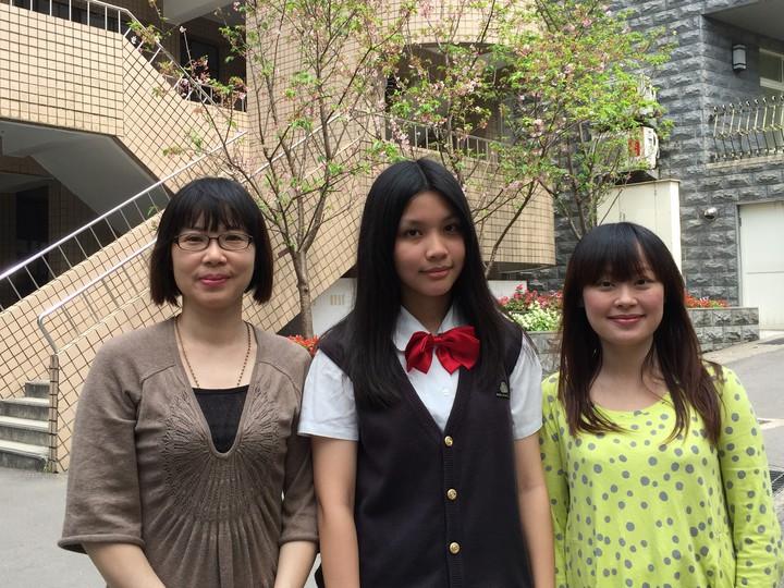 朱庭萱(中)特別感謝國中導師張易純(左)及高中導師郭育如(右)6年的教導。圖/二信提供