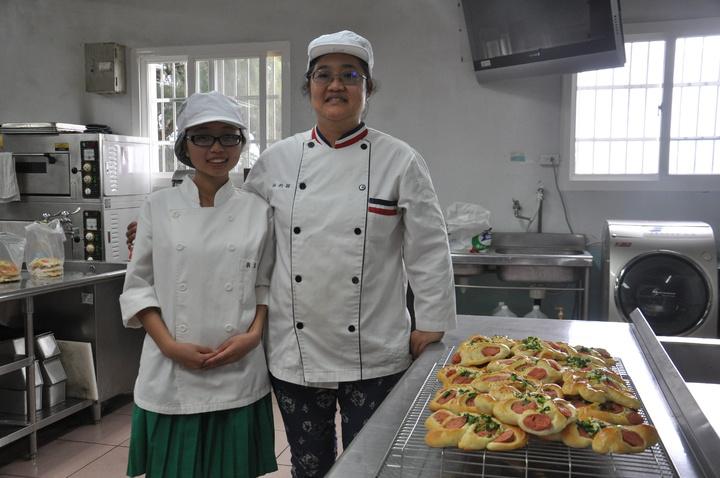 苗栗縣君毅中學餐飲科學生宋家華(左)與班導師林昀穎開心合影。記者張裕珍/攝影