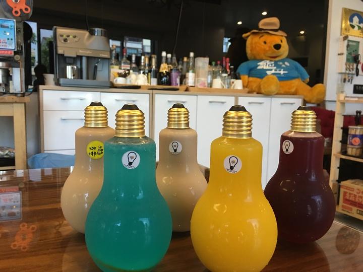 5款熱銷創意燈泡飲料,有咖啡、奶茶、果汁、汽水及店長特調,每天限量100瓶 。記者吳淑玲/攝影