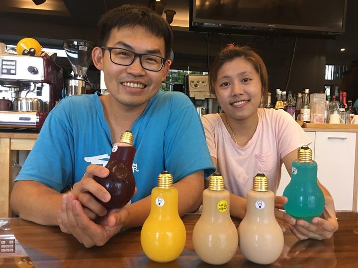 台南新化區168民宿情侶檔賴盟欽和陳靖薇努力做出不一樣的創意燈泡飲料。記者吳淑玲/攝影