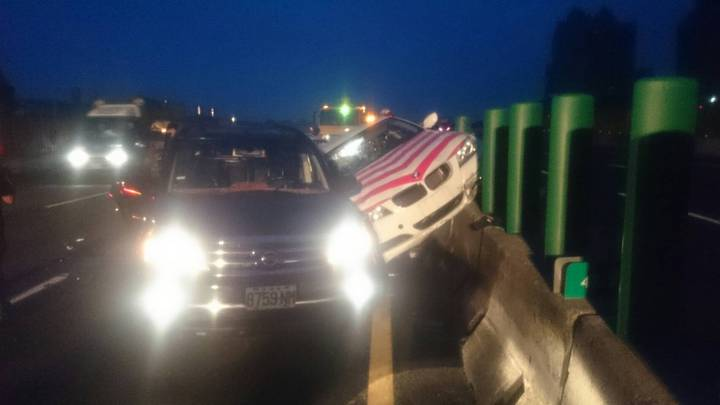 國道警察今天凌晨在國道三號處理車禍被追撞,3輛車撞在一起,夾在中間的警車受損最嚴重,造成員警肋骨斷2根。 記者林昭彰/翻攝