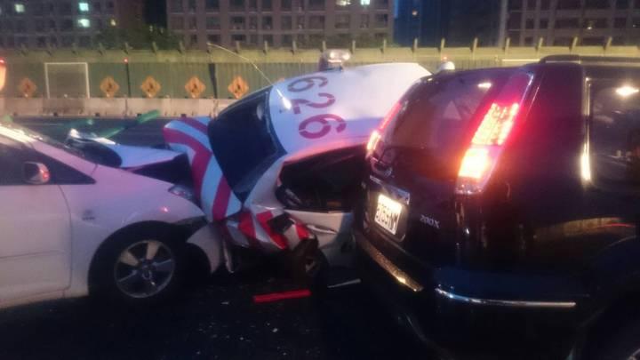 國道警察今天凌晨在國道三號處理車禍被追撞,3輛車撞在一起。 記者林昭彰/翻攝
