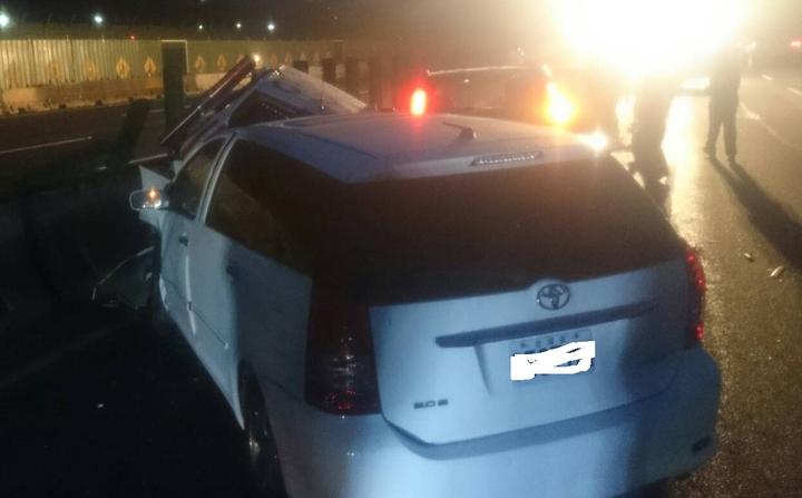 白色小轎車追撞上正在處理車禍的警車,造成3車撞在一起,4人受傷送醫,幸好傷者均無生命危險。 記者林昭彰/翻攝