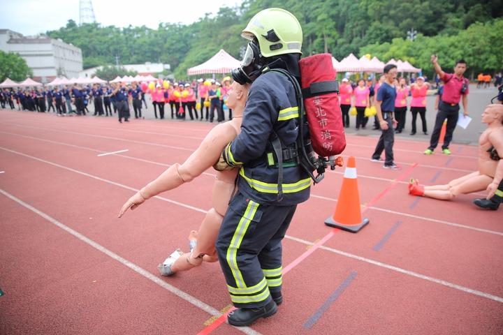 台北市義勇消防總隊齊聚進行競技大賽,各單位派出菁英人員爭取榮譽,在專業的消防競技之餘,增添熱鬧氣氛,提升義消士氣。圖/台北市消防局提供