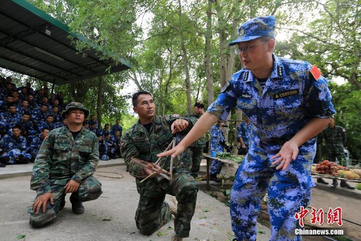 泰國陸戰隊士官示範設置簡易陷阱。(中新網)