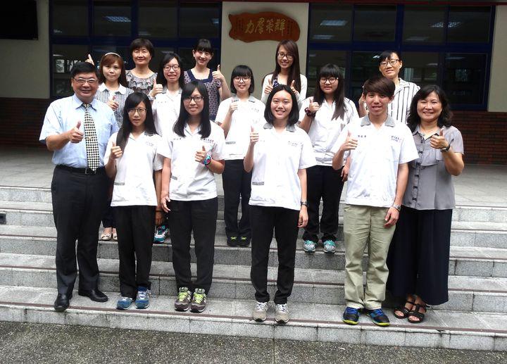 嘉商校長郭義騰(前排左)上午表揚嘉勉統測成績優秀學生及教師。記者魯永明/攝影