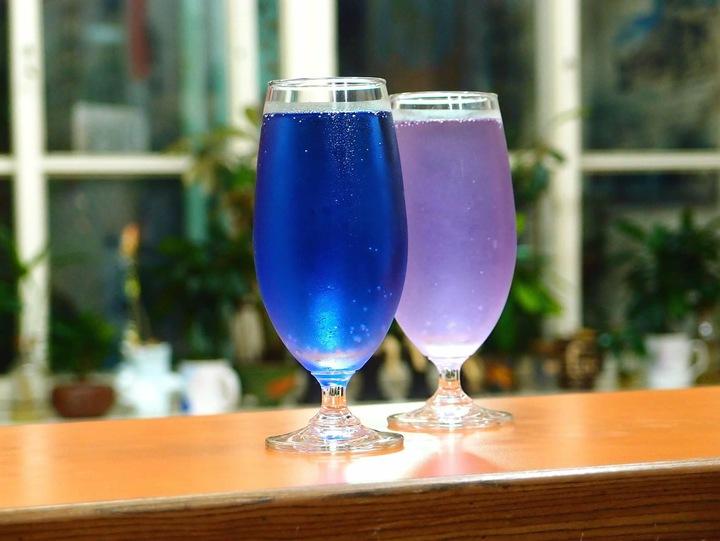 新化老街咖啡夏天新推出的藍汽水及夢幻紫汽水,從視覺就征服了消費。圖/新化老街咖啡提供