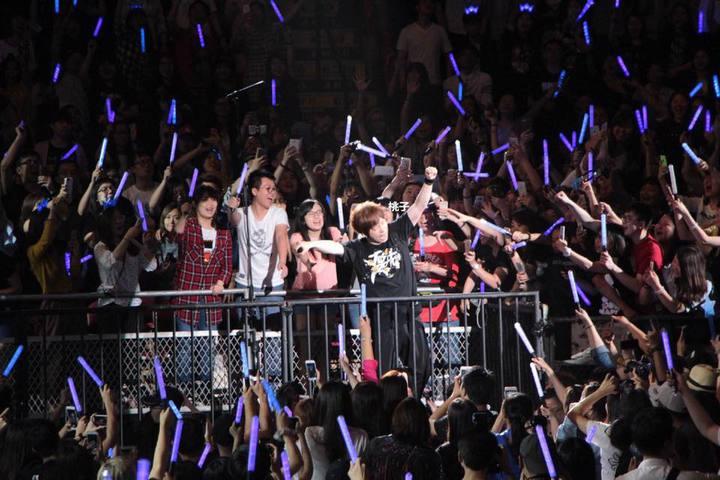五月天在香港開唱,眾歌迷同樂。圖/摘自臉書