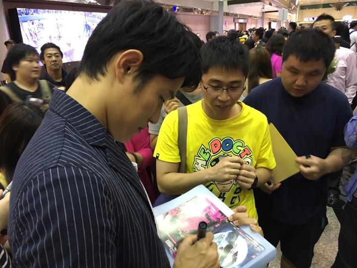 鈴木亮平幫熱情影迷簽名。又水整合提供