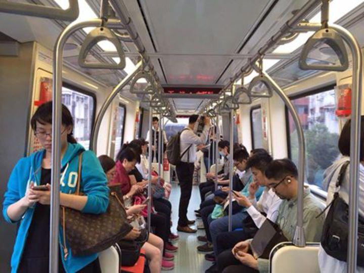 前總統夫人周美青獨自搭乘捷運被民眾拍下照片。圖/翻攝自桃園市議員黃敬平臉書