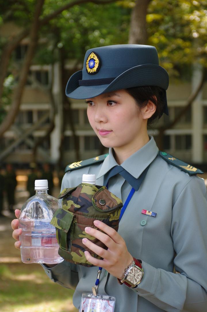 國軍的舊式水壺鏽蝕與骯髒情況嚴重,因此軍方與瓶裝水業者合作,推出這種「水壺版寶特瓶」,主要用於教召、戰鬥營等短暫服役。(記者程嘉文攝影)