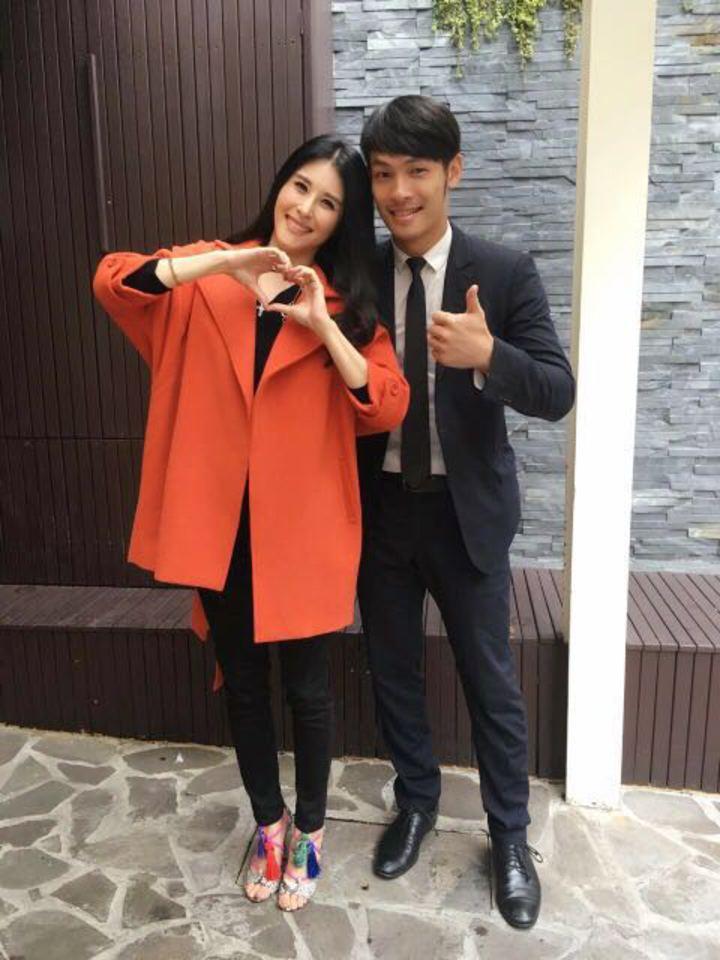 楊永維(右)擔任珠寶保全,巧遇師姐穆熙妍。圖/年代提供