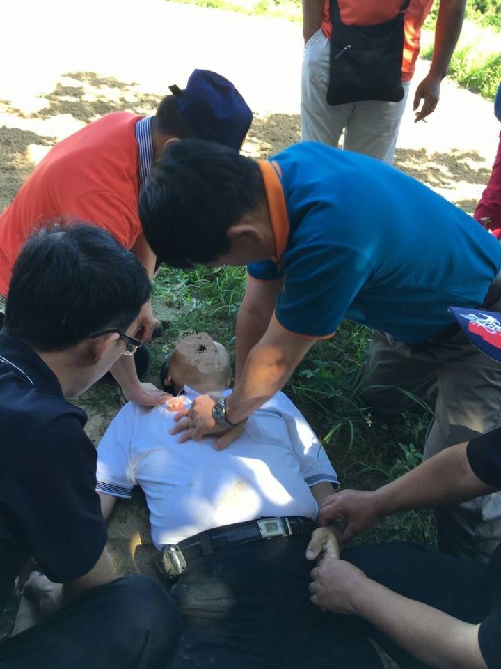 新竹縣救護義消連日來,合力協助義消人員按壓CPR、協助裝置AED,搶救兩個生命,也讓人見識「義勇」精神的可貴。圖/新竹縣消防局提供