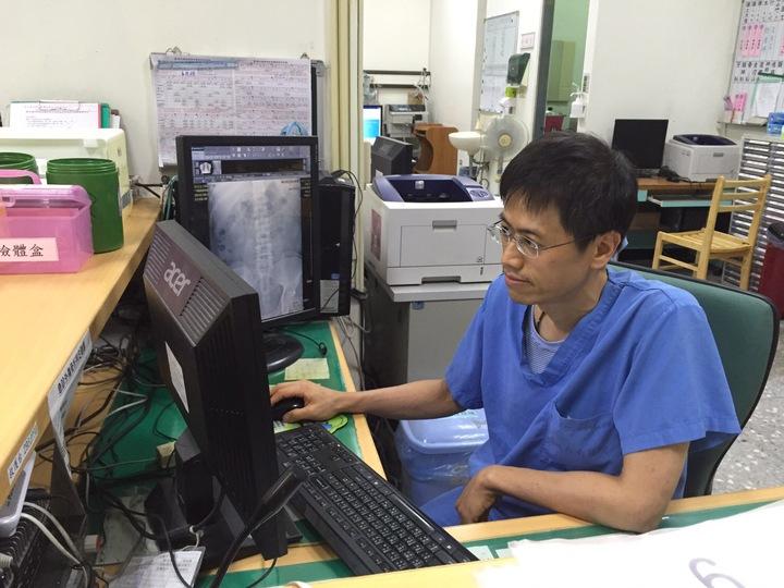 衛福部台南醫院新化分院急診室醫師趙鴻丞下午收治兩名計程車司機患者,都是因天氣炎熱缺乏補充足夠水分導致身體不適。記者吳淑玲/攝影