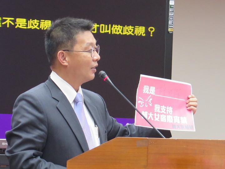 立委許智傑自製「我支持輔大女宿廢宵禁」傳單,問潘文忠願不願簽名。記者王彩鸝/攝影
