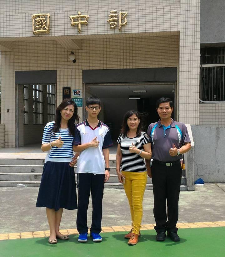 大明高中國中部學生黃柏仁(左二)會考前面臨母親過世的人生關卡,但他仍努力念出,拚出好成績。記者陳宏睿/攝影