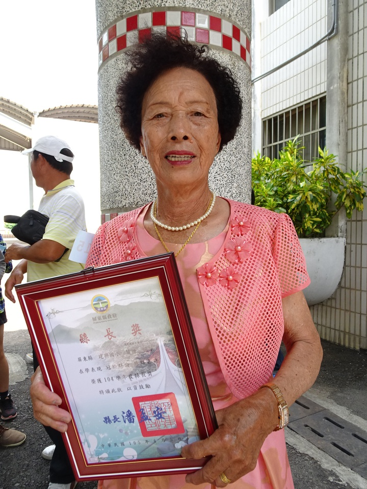 78歲的葉糖今年從建興小補校畢業,拿下縣長獎。記者翁禎霞/攝影