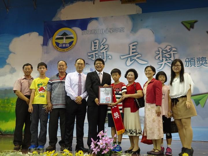 建興國小畢業生陳贊獲縣長獎,一家八口陪同領獎,聲勢最浩大。記者翁禎霞/攝影