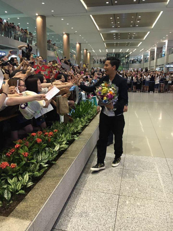 王大陸抵韓國受到粉絲機場熱烈歡迎。  圖/最佳 娛樂提供