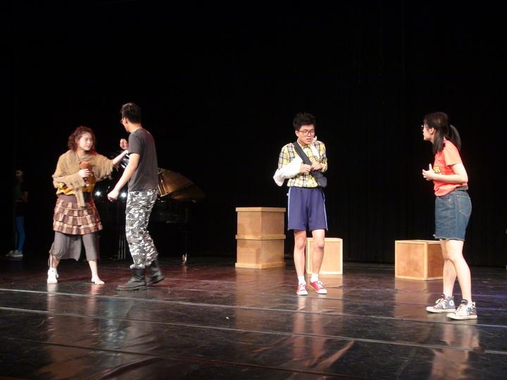 靜宜大學學生彩排畢業公演「囚生」。記者余采瀅/攝影