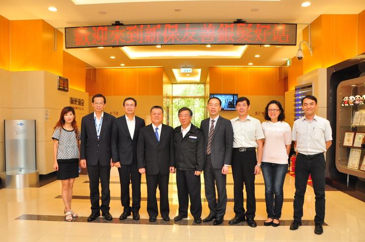 新光保全董事長林伯峰(中)與台灣觀光學院參訪團合影。新光保全/提供