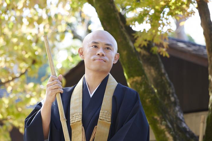 伊藤淳史在新片「我是和尚」中頂著光頭當起寺廟住持。圖/傳影互動提供