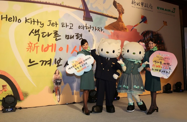 長榮航空與新北市共同推廣韓國旅客來台,請最受歡迎的Kitty空服員與Daniel機長在首爾驚喜現身,邀民眾搭乘Kitty機來台旅遊。圖/長榮航空提供
