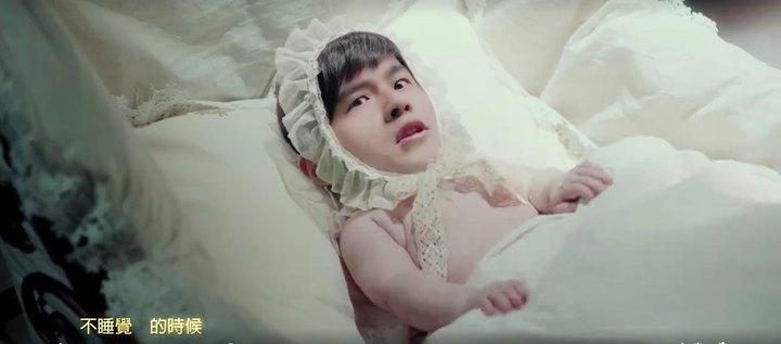 周杰倫在新歌MV縮水成小Baby。圖/摘自臉書
