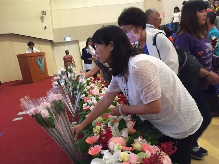 奇美醫院昨舉辦器官捐贈者追思音樂會,邀請受贈者與捐贈者齊聚一堂,為捐贈者獻花。記者綦守鈺/攝影