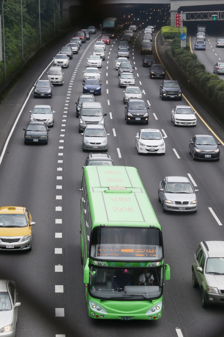 國一大溪埔頂路段塞爆,國道客運塞在車陣中龜速前進。記者陳易辰/攝影