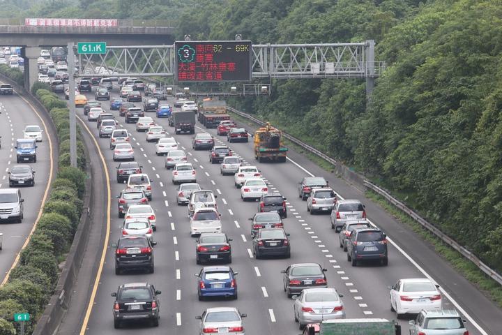 國一大溪埔頂路段塞爆,高公局告示牌建議用路人改走省道。記者陳易辰/攝影