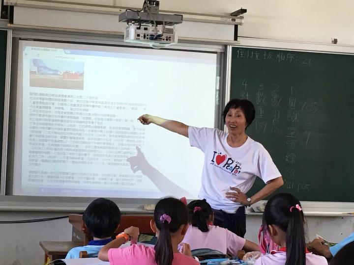 公民記者洪素珠藉故事媽媽時間,教小學生世界觀和認識台灣歷史「真相」。圖/取自洪素珠臉書