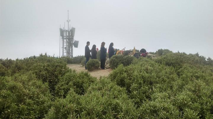 有民眾登上合歡山主峰,卻發現有人率團在峰頂作法。圖/翻攝自Miyuli(咖哩王)