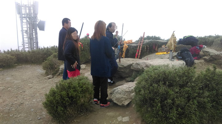 網友拍照指出端午節當天有人率團登上合歡山頂作法祭祀。圖/翻攝自Miyuli(咖哩王)
