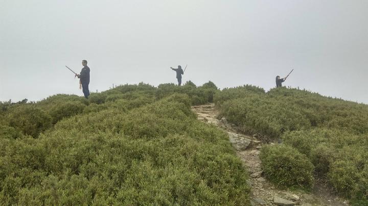 網友指出率團在合歡山主峰頂作法,甚至集體舞劍。圖/翻攝自Miyuli(咖哩王)