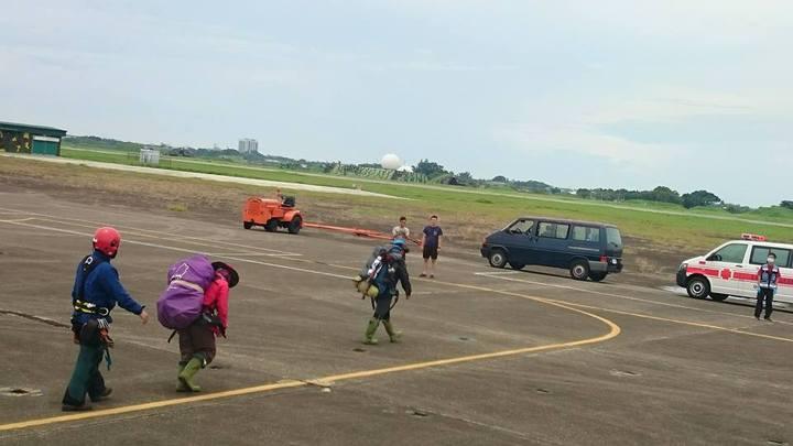 直升機將聲稱無法行走的求援者送往台南機場後,3人自行下機走至救護車。記者賴香珊/翻攝
