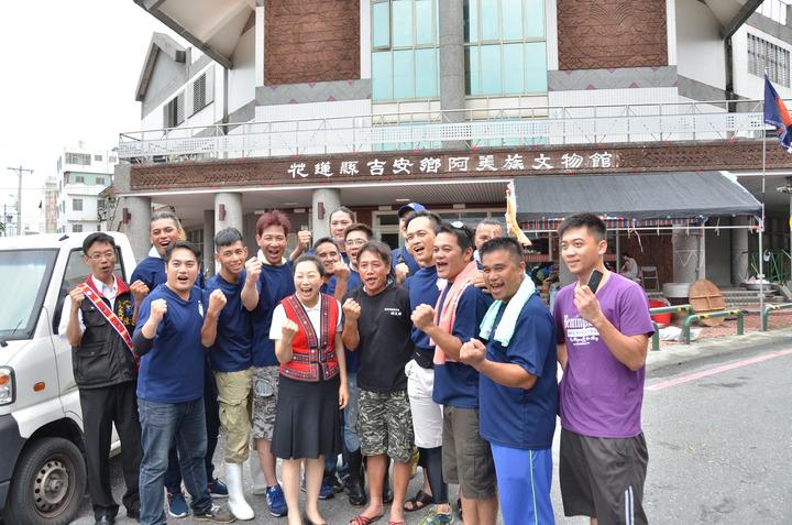 阿美族捕魚季活動,立委徐榛蔚(前排左三)與娜荳蘭青年會成員合影,鼓勵他們努力傳承原民傳統文化。記者王思慧/攝影