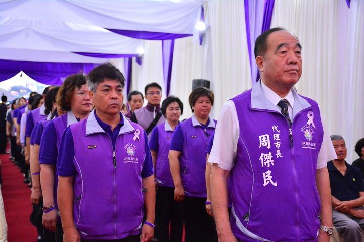 花蓮市公所代理市長周傑明帶領公所同事穿著紫色背心,參加故市長田智宣告別式。圖/家屬提供