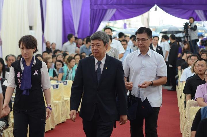 副總統陳建仁(中)在立委蕭美琴(左)的陪同下走進會場。圖/家屬提供