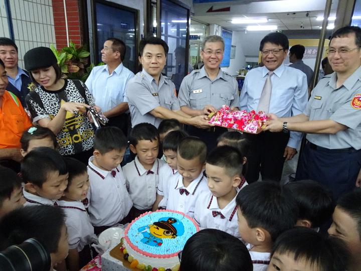 幼稚園小朋友特別帶來「警察蛋糕」,為警察加油打氣。記者翁禎霞/攝影