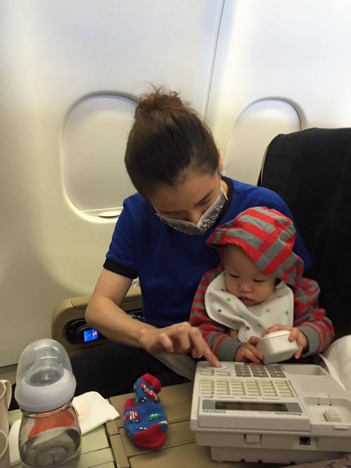 女星徐若瑄與兒子「小V寶」在機艙「打電話」。圖/翻攝自「徐若瑄 Vivian Hsu」臉書